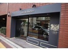 レオザバーバー(LEO the Barber)の雰囲気(男らしいロンドンの床屋をイメージした入り口です。)