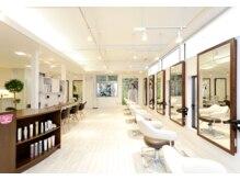 ソラ ヘアーメイク(SORA HAIR MAKE)の雰囲気(白を基調とした広めの店内。セット面も近すぎずゆったりと)