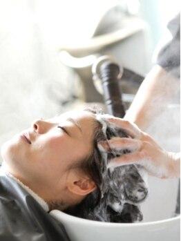 フー (feu)の写真/美髪は美しい頭皮から…髪も心も癒してくれるヘッドスパを是非☆なんと言っても丁寧で優しいマッサージが◎
