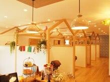 ワンエルディーケー ヘアルーム(1LDK Hair Room)の雰囲気(奥にはマツエクルーム、シャンプールームもございます)