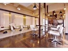 ヘアープレイス ダブリュー 寝屋川店(HAIR PLACE W)の雰囲気(40坪の広々とした店内で、ゆっくりとおくつろぎください)