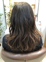 ヘアルームティラ(hair room tila)表面を軽くくびれスタイル