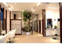 フラップ(fLaP)の雰囲気(白と茶色を基調としたアジアンリゾート風の店内。)