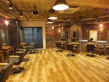 ブルースヘアギャラリー(Blues hair gallery by across)の雰囲気(開放的なフロアに落ち着いた照明で。)