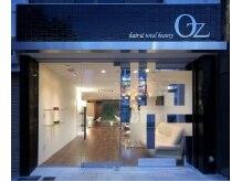 オズ ヘアーアンドトータルビューティー(OZ hair&total beauty)の雰囲気(夜になると店内の柔らかな光に包まれてまた違う印象に…)