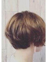 くせ毛を生かした丸みのあるショートボブ
