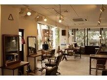 スタジオキキ(STUDIO KiKi)の雰囲気(窓から光が射しこみ、居心地の良い空間です。)