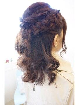 結婚式 髪型 ミディアム ヘアアレンジ ツイストハーフアップ