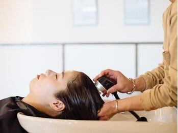 ナチュラルヴィーノ(Natural vino)の写真/マイクロナノバブルは頭皮と髪の毛、両方に効果が出るのでサラツヤな髪質が叶う♪地肌の内側からキレイに!