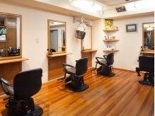 ヘアースポット クリーム(Hair Spot CREAM)の雰囲気(木の温もり溢れる店内。広々とした落ち着ける空間です◎)