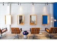 リラ ヘア サロン(rela haie salon)の雰囲気(ロイヤルブルーとホワイトが基調のシンプルな北欧系空間)