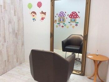 ヘアラウンジ コモレビ(hair lounge comorebi)の写真/[個室×キッズスペースあり]お子さまの傍で安心して施術を受けられる◎ママもお子さまもHAPPY♪