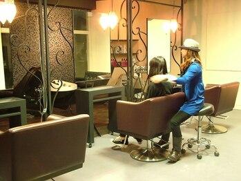 ヘアーポート テゲテゲ(Hair port Tege tege)の写真/幅広い層に愛されるアットホームな空間!特別な時間を堪能できる!居心地の良さにこだわったお洒落な店内♪
