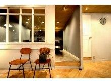 グラ デザイン アンド ヘアー 京橋店(GRAS DESIGN & HAIR by HEAD LIGHT)の雰囲気(随所にこだわりを感じる贅沢空間。)