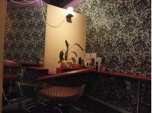 ジェンヌ(Gienne)の雰囲気(落ち着いた半個室、鏡越しに外を眺められる明るい席もアリ♪)