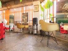 アカリ ヘアースタジオ(Akari Hair Studio)の雰囲気(席の間もゆったりしていて寛げる、お洒落なセット面。)
