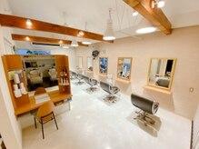 美容室 ブランシュ(Blanche)の雰囲気(くつろいで過ごせるよう木の暖かさも感じられる明るい店内です!)
