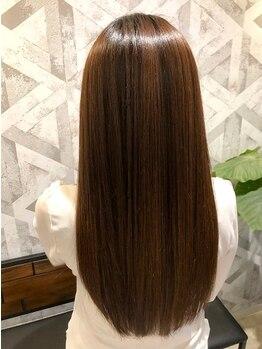 ヘアデザイン ファブロ(hair design FABRO.)の写真/まっすぐ過ぎずサラッと滑らかな指通り♪女性の魅力を上げる柔らかな仕上がりに…【カット+縮毛+Tr¥11000】