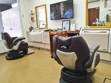 いじま理容館の雰囲気(椅子の間もゆったり広々とした作りになってます。)