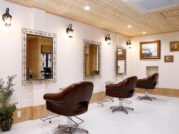 ヘアー アウグスティーナ(Hair Augustiner)の写真/3席だけのドイツ風サロン。ヨーロッパの家に遊びに来たような居心地の良さは美容室が苦手な方にもおススメ