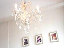 美容室 ラボンテの雰囲気(白とウッド調の落ち着いた空間。)