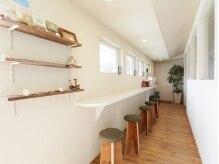 コルクヘア(cork HAIR)の雰囲気(カフェカウンター?ココは中庭とつながる待合スペースなんです♪)