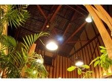 バドゥー(VAdoo)の雰囲気(高い吹き抜けの店内。2Fのバーからは心地良い音楽が聞こえる。)