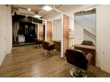 ワークスヘアデザインの雰囲気(お客様どうしの視線が気にならない個室感覚の1階フロア)