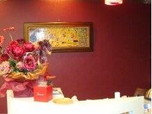 ペリエジュエル(Perrier Jewel)の雰囲気(絵画や華のオブジェで飾られたオシャレな受付。)