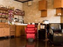 美容室 ロン ドゥ アンジュの雰囲気(木を基調とした、温かみがあって落ち着く店内♪)