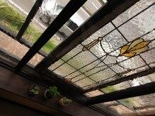 キッコ Kiccoの雰囲気(オーナーお気に入りのステンドグラスの窓♪)