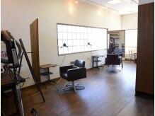 コクア ヘア ガレージ(kokua hair garage)の雰囲気(大きな窓があるので季節や天候によって様々な雰囲気が味わえます)