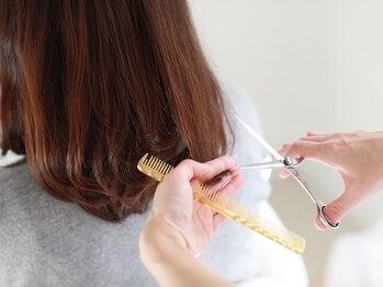 サロンドエム(Salon de emu.)の写真/白を基調としたくつろげる雰囲気の中、有意義な時間をご提供◎大人女性にぴったりな癒し系ヘアサロンemu.
