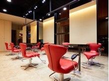 ヘアーアンドメイクアップMK 貝塚店(hair&make-up MK)の雰囲気(赤を基調とした広々とした空間)
