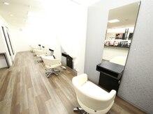 ジェネシス ラウンジ(Genesis Lounge)の雰囲気(白を基調とした清楚感漂う店内。)
