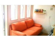 ヘアーサロン サニーサイド(hair salon Sunny Side)の雰囲気(座り心地の良いソファーでほっこりできる待合スペースです☆)