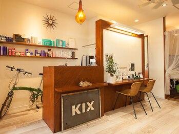 """ヘアーアンドメイク キックス(hair&make KIX)の写真/心地のよい音楽が流れ、白を基調とした落ち着いた店内で""""癒しの時間""""をご提供します♪"""