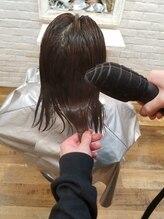 2 ナノスチームで髪の毛の内部の水分バランスを整える