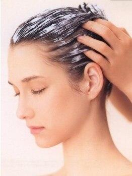 エストグラシュ(estgracieux)の写真/フルフラットのシャンプー台で受ける極上の炭酸スパで毛先まで潤う美髪に♪絶妙な力加減で夢心地な一時を★