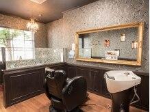 ヘアーサロン オルゴーリオ(Hair Salon Orgoglio)の雰囲気(まるで絵画のように豪華に縁取りされた大きな鏡。)
