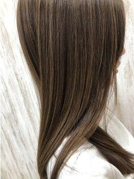 ファミールヘア(FAMILLE hair)の写真/ナチュラルさと柔らかさを追求した《FAMILLE hair》のストレート。ナチュラルで艶やかな質感が人気の秘密!