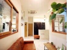 ラヴァダブ(RUB A DUB)の雰囲気(ソファーは座り心地◎所々に植物やリースが飾ってあります。)