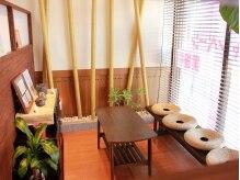 美容室ミセス ジョイの雰囲気(待合いスペースには竹のオブジェや骨董タンスなどで癒しの空間に)