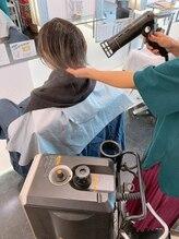 【カラーの前に、中間に、後にトリートメントを入れ込みながら】髪を健康に美しくカラーリングします。