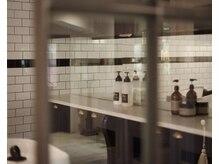 バンクシア(BANKSIA)の雰囲気(フロアと区切られているタイル貼りのシャンプー台で癒しの時間を)
