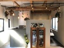 エラマ ヘアメゾン(elama hair maison)の雰囲気(こだわりのドライフラワーやキャビネットのあるフロントです。)