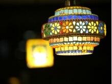 ルアナ ヘアーアンドアイラッシュ(Luana hair eyelash)の雰囲気(カラフルなランプでじんわりと灯された店内。)