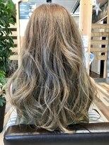 ヘアーガーデンロルド(hair garden Rold)アッシュ系のカラーにエアリーな、カールがこなれ感を作る