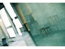 カイコヘアーアンドアートスタジオ(kaiko hair&art studio)の雰囲気(都会的な解放感のある広々空間でゆとりのある時間をご提供。)