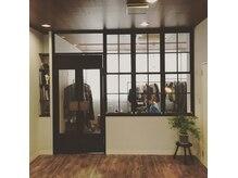 ファミリィ (PHAMILEE)の雰囲気(店内入って右側は期間限定で開かれるPOP-UP STOREを併設。)